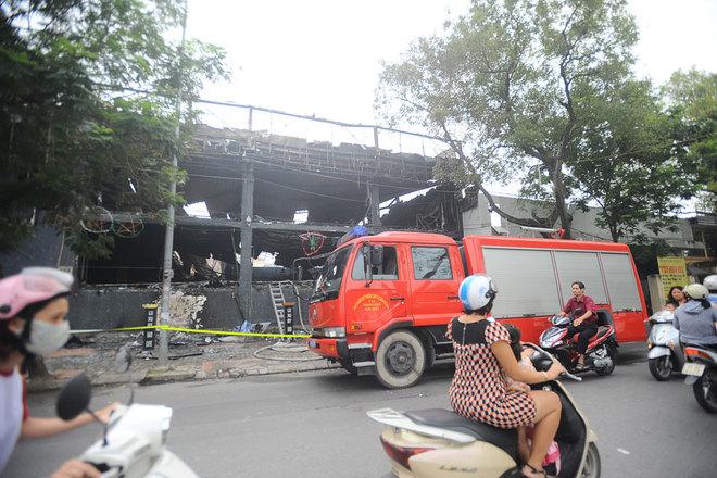 Lo ngại nguy cơ ngọn lửa có thể bùng phát, một xe cứu hỏa được bố trí ứng trực đến 7h30 sáng nay.