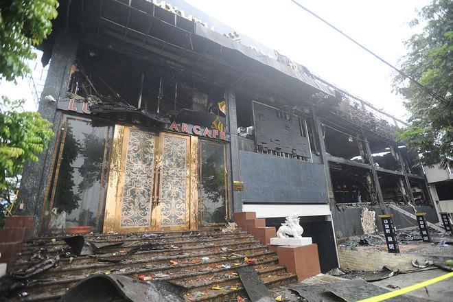 Cửa chính của bar Luxury gần như còn nguyên nhưng bị ám khói đen, đây là khu vực cháy nhẹ nhất so với những điểm còn lại.