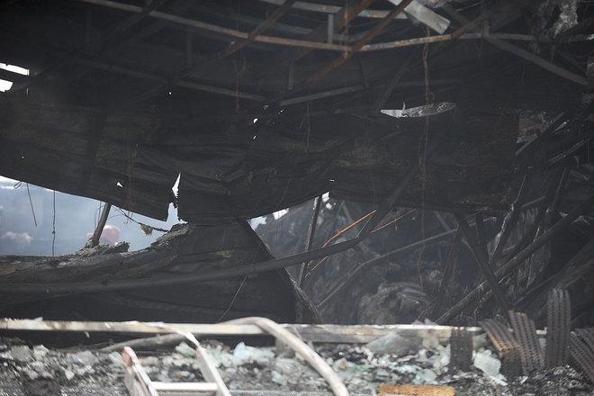 Trần của tòa nhà sập xuống sát mặt sàn.