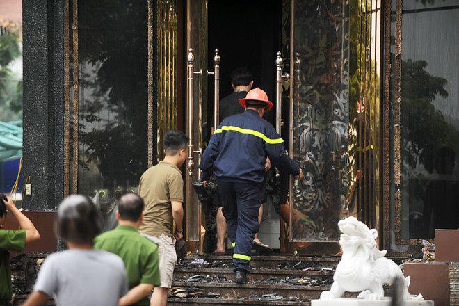 Lính cứu hỏa đưa nhân viên của quán vào bên trong tòa nhà. Hiện trường khu vực xảy ra hỏa hoạn bị phong tỏa chặt từ khi xảy ra hỏa hoạn.
