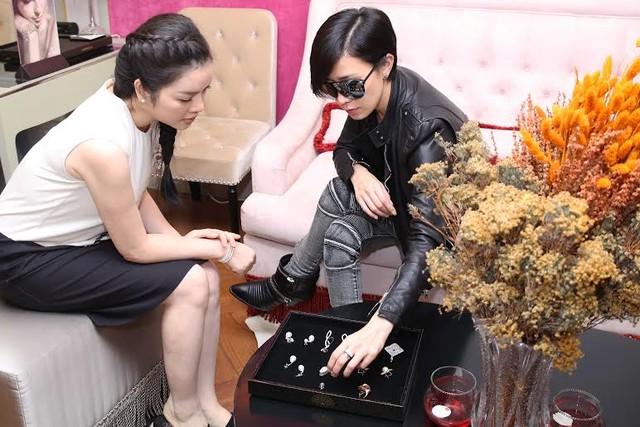 Lý Nhã Kỳ tặng bông tai kim cương cho ngôi sao TVB chào mừng sự có mặt lần đầu tiên của cô tại Việt Nam