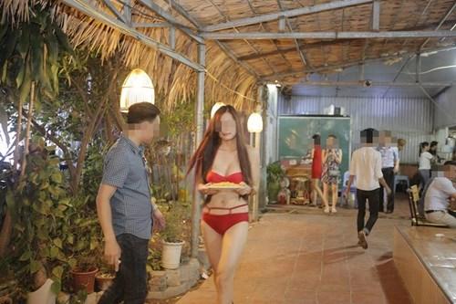 Nữ PG mặc bikini bưng bê thức ăn cho khách