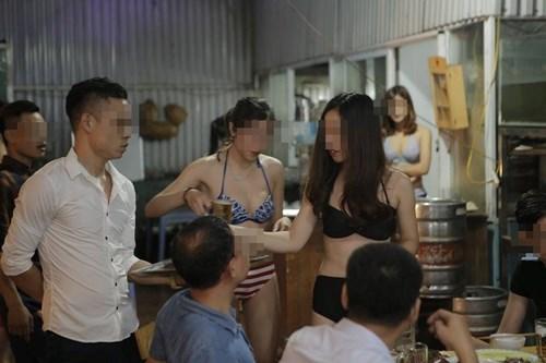 Các nhân viên mặc bikini bưng bê trong một nhà hàng ở phố Trần Thái Tông