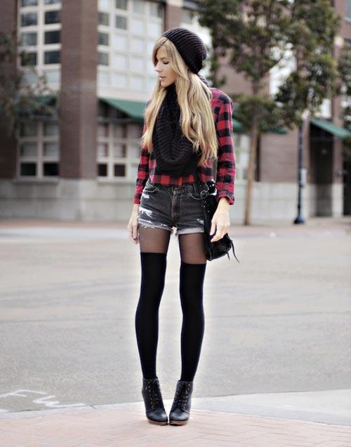 Mix quần tất cùng quần sooc là bí quyết mặc đẹp ngày lạnh của cô nàng cá tính
