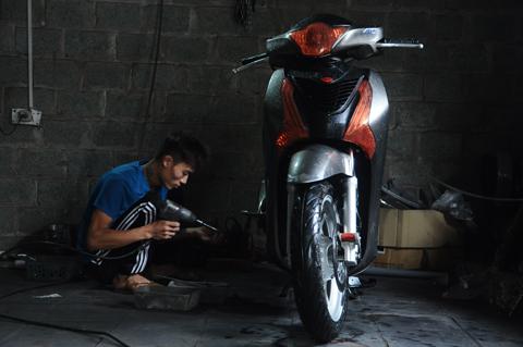 Sau một thời gian làm nghề sơn ô tô ở trung tâm Hà Nội, Nguyễn Công Trình (26 tuổi) về quê mở xưởng chuyên sơn màu cho các dòng xe máy. Đặc biệt là loại xe SH, hàng trăm chiếc xe máy tới đây để được