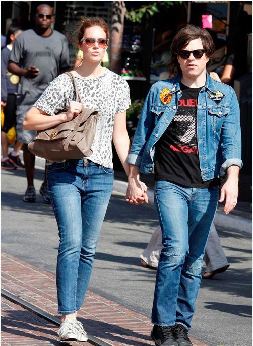 tin tức giải trí mới nhất hôm nay cũng đề cập đến việc nữ diễn viên phim 'A walk to remember' đệ đơn ly hôn Ryan Adams