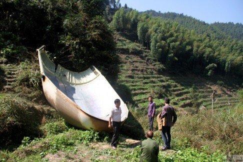 Mảnh vỡ tên lửa rơi xuống khu vực dân cư tại ngôi làng Yuanxi ở tỉnh Giang Tây, Trung Quốc