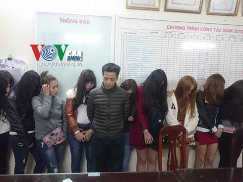 Đồng Quang Thắng - ông chủ quán massage trá hình và các nữ tiếp viên làm công việc massage kích dục tại cơ quan công an