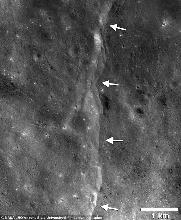Cận cảnh một vết nứt hay đường dốc phân thùy trên bề mặt Mặt trăng. Ảnh: NASA
