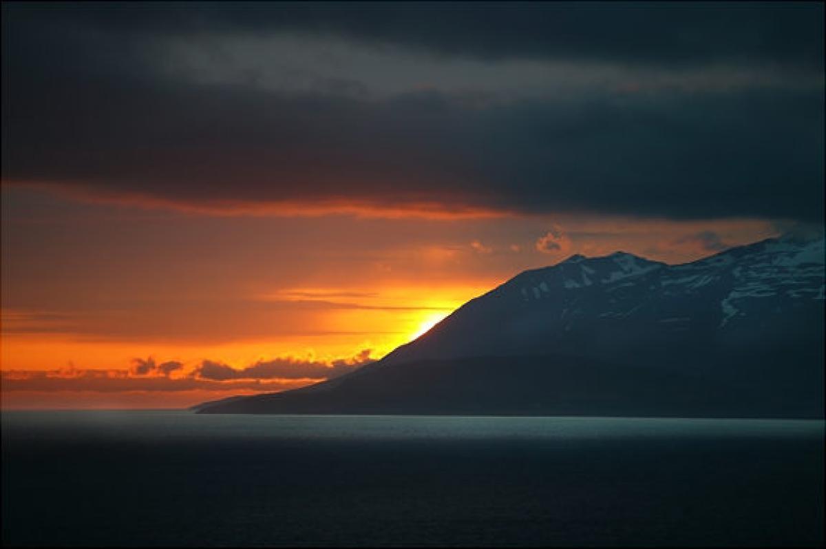 Số lượng ngày với mặt trời lúc nửa đêm trong mỗi năm tăng dần lên khi tiến sát lại gần hơn về phía cực của Trái Đất.