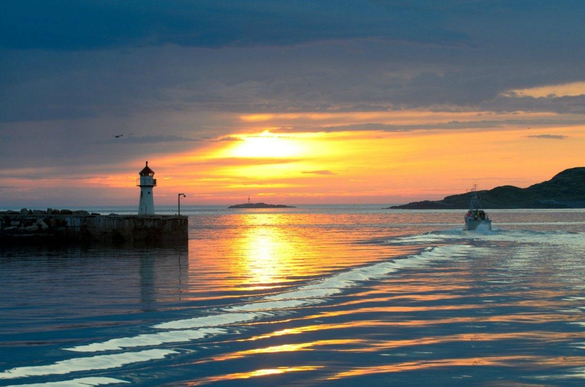 Hiện tượng mặt trời lúc nửa đêm xảy ra do trục trái đất có độ nghiêng khoảng 23 độ 27' nên về mùa hè của một trong hai bán cầu thì thời gian ban ngày sẽ tăng dần lên theo sự tăng lên của vĩ độ.