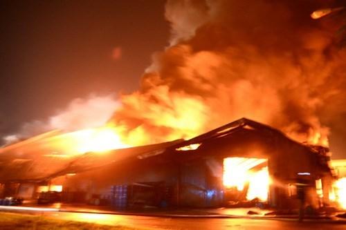 Nguyên nhân vụ cháy lớn là do người chồng tự phóng hỏa đốt nhà sau khi xảy ra mâu thuẫn gia đình với vợ