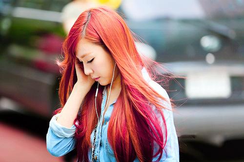 Chọn màu tóc nhuộm đỏ ánh hồng các nàng cần phải có sự tinh tế khi trang điểm