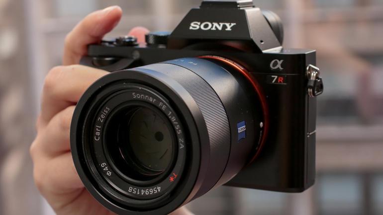 Cảm biến hình ảnh Full Frame Exmor được tích hợp trên Sony ILCE 7