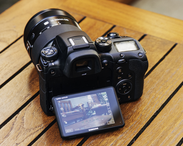 Máy ảnh giá rẻ không gương lật sử dụng màn hình LCD lật đa chiều