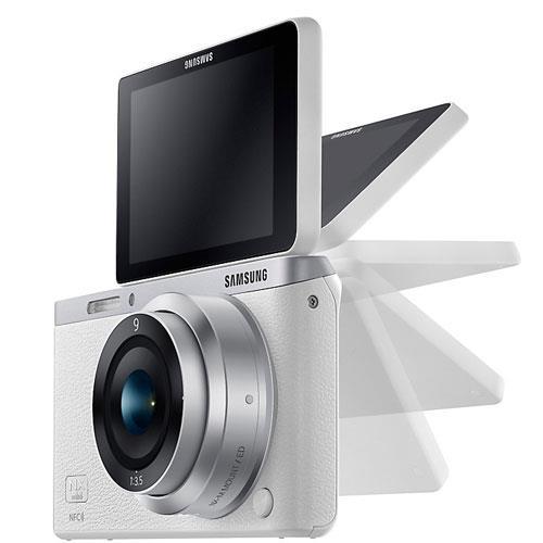 Màn hình lật đa chiều được tích hợp trong mẫu máy ảnh giá rẻ này