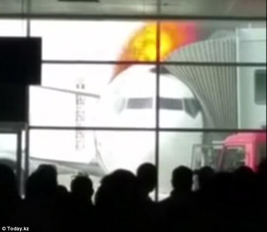 Chiếc máy bay này đã bốc cháy sau khi một bình oxi trên máy bay phát nổ