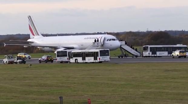 Máy bay Pháp hạ cánh xuống phi trường Manchester của Anh vì gói bưu kiện khả nghi
