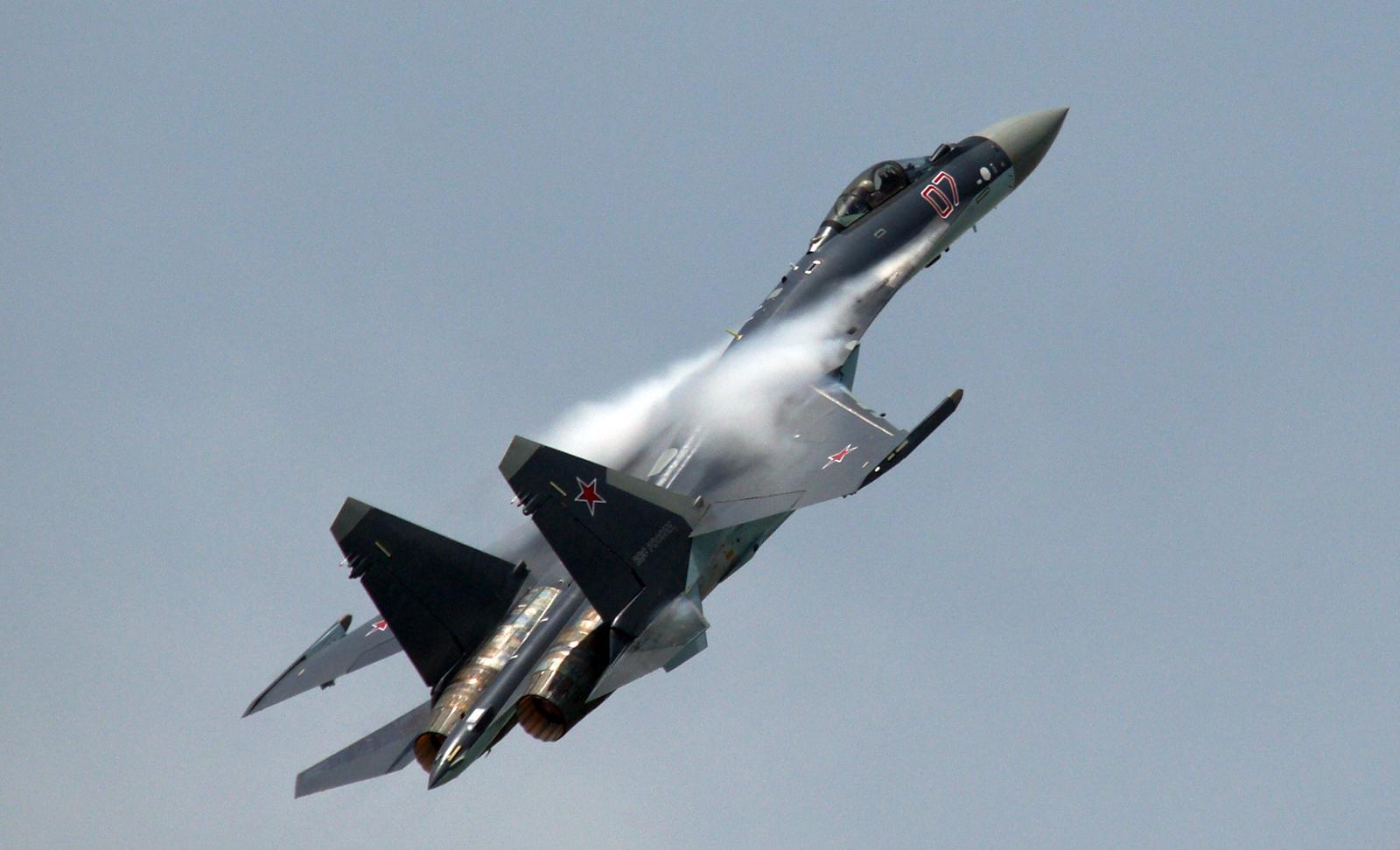 Máy bay chiến đâu Su-35S dài 21,9m, cao 5,9m, sải cánh dài 14,7m