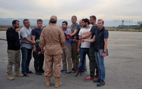 Phi công Murakhtin đang trả lời phỏng vấn của phóng viên ở căn cứ Latakia sau vụ máy bay Nga bị Thổ Nhĩ Kỳ bắn hạ