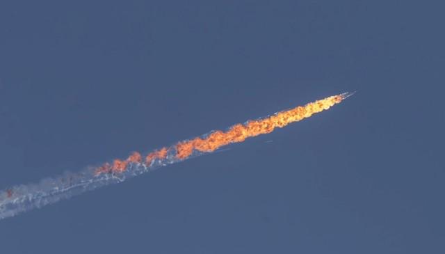 Hình ảnh cận cảnh cho thấy chiếc Su-24 tạo thành một vệt lửa dài đỏ rực trên bầu trời sau khi bị bắn