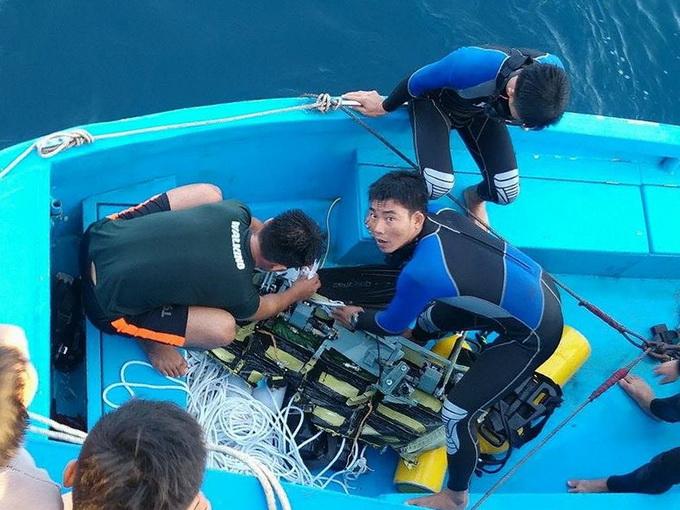 Các đặc công vớt được mảnh vỡ máy bay rơi ở đảo Phú Quốc