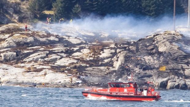 Các lực lượng cứu nạn tìm kiếm người mất tích và thiệt mạng tại hiện trường vụ tai nạn máy bay rơi ở Na Uy
