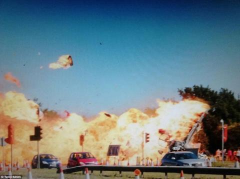 Cảnh tượng kinh hoàng khi chiếc máy bay Hawker Hunter đâm vào chiếc limousine trên đường A27 tới đón một cặp đôi đi làm lễ cưới