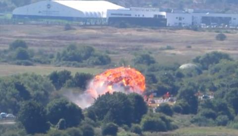 Vụ việc càng trở nên nghiêm trọng khi chiếc máy bay đâm trúng con đường đông đúc và bốc cháy
