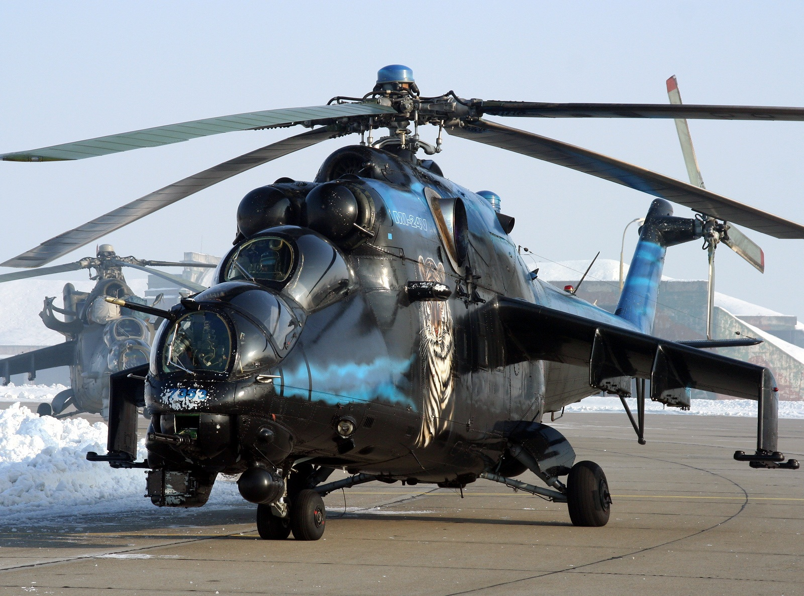 Mi-35M là phiên bản hiện đại hóa sâu trên cơ sở mẫu Mi-24V được phát triển bởi nhà máy Mil Moscow và do Rostvertol sản xuất từ năm 2005. Trong ảnh là trực thăng Mi-24V