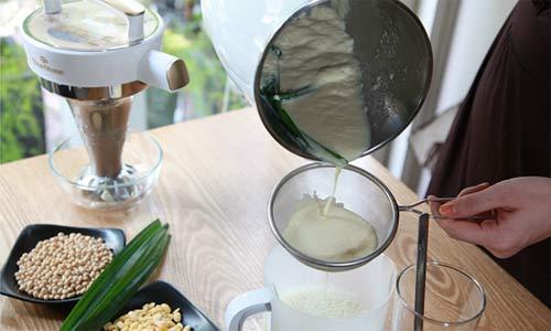 Người tiêu dùng có thể dễ dàng mua máy làm sữa đậu nành ở các siêu thị điện máy, trung tâm mua sắm