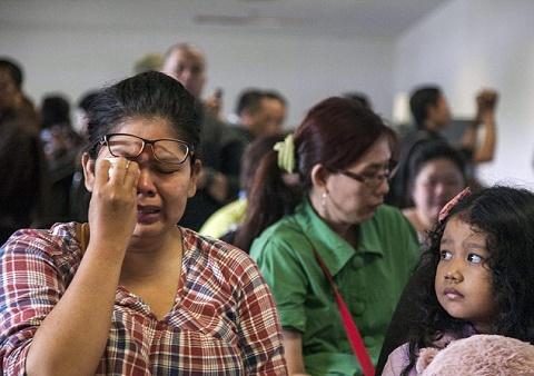Người thân của các hành khách trên chiếc máy bay Airbus A320-200 vô cùng lo lắng. Họ đã đến sân bay Surabaya để tìm kiếm thông tin về chiếc máy bay trên