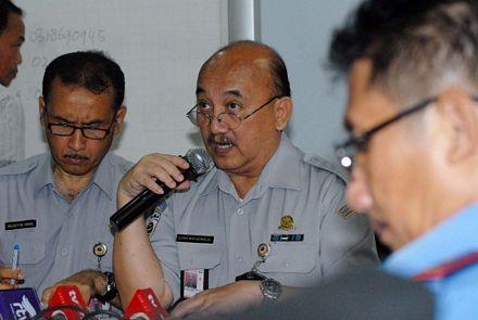 Tổng giám đốc cơ quan vận tải hàng không của Indonesia Djoko Murjatmodjo (giữa) trong cuộc họp báo về chuyến bay QZ8501 tại thủ đô Jakarta, Indonesia