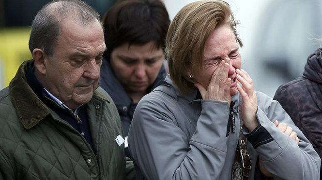 Thân nhân của những hành khách trong vụ máy bay rơi đang chờ tại tại sân bay El Prat (Barcelona)