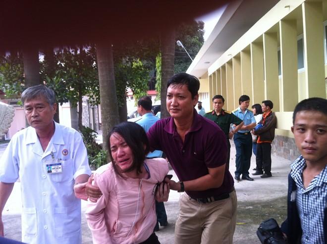 Người thân chiến sĩ đau đớn đón nhận thông tin vụ máy bay rơi