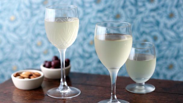 Dùng rượu trắng là mẹo lau cửa kính được nhiều bà nội trợ áp dụng