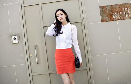 Phối áo sơ mi trắng cùng mini juyp giúp bạn gái khoe chân dài miên man