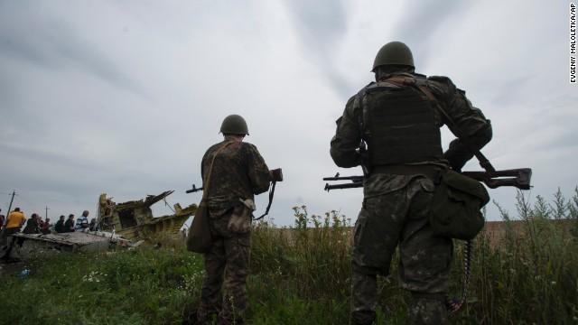 Công tác bảo vệ hiện trường máy bay MH 17 bị rơi để điều tra đang được thực hiện nghiêm ngặt