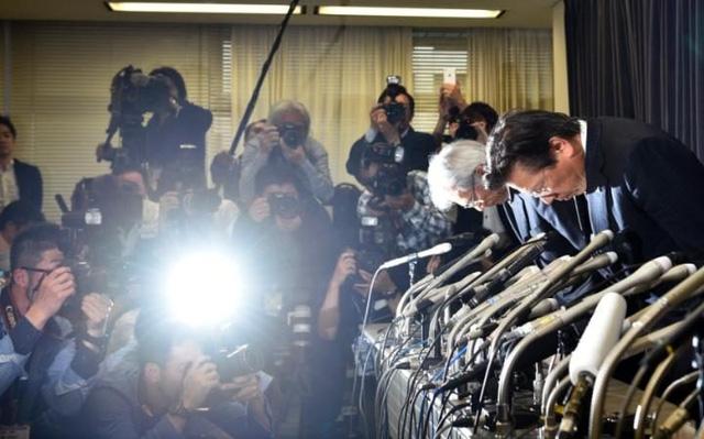 Lãnh đạo Mitsubishi cúi đầu xin lỗi khách hàng và các cổ đông trong buổi họp báo công bố sự việc. Ảnh: Reuters