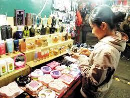 Các loại mỹ phẩm giá rẻ bán tràn lan ngoài thị trường khiến người tiêu dùng hoang mang