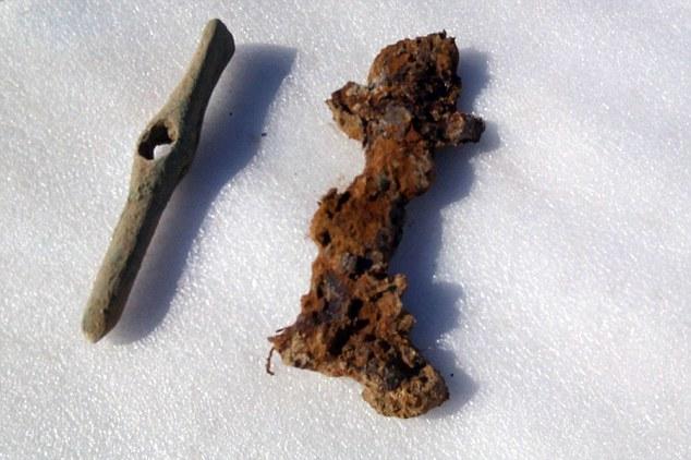 Các hiện vật phát hiện được trong ngôi mộ. Ảnh Dailymail