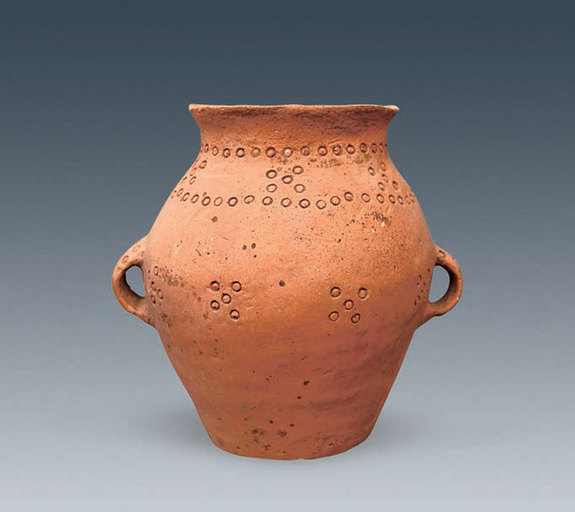 Những đồ trang trí, vũ khí bằng gốm được tìm thấy trong ngôi mộ cổ