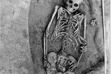 Khám phá hiện tượng lạ trong ngôi mộ tại Siberia
