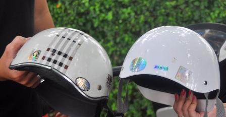 Và có gắn dấu hợp quy (dấu CR) theo quy định tại Quy chuẩn kỹ thuật quốc gia về mũ bảo hiểm ký hiệu QCVN 2:2008/BKHCN