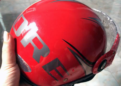 Mũ bảo hiểm 3 lớp giá 50.000 đồng được bày bán tràn lan khắp vỉa hè