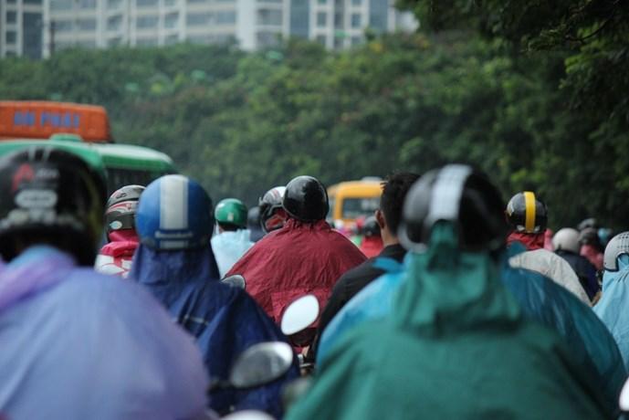 Bị giam dưới mưa gió khiến nhiều người cảm thấy mệt mỏi. Ảnh Thanh Niên Online