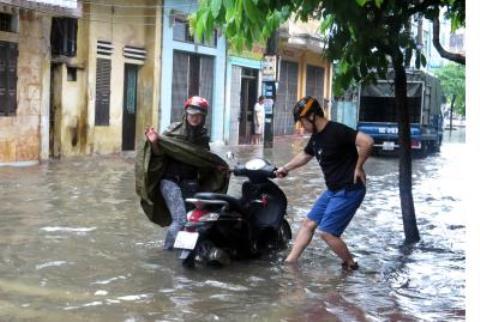 Mưa lớn gây ngập nhiều tuyến phố ở TP.Nam Định. Ảnh TTXVN