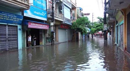 Mưa đã tạnh nhưng tại TP.Nam Định nhiều phố vẫn chìm trong nước. Ảnh Dân Trí
