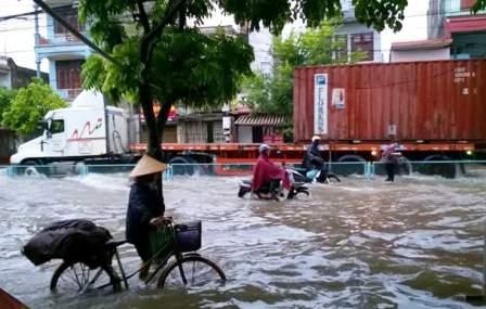 Các đường Lý Bôn, Lê Quý Đôn ở TP.Thái Bình nước ngập sâu sau mưa lớn, khiến giao thông đi lại rất khó khăn. Ảnh Dân Trí