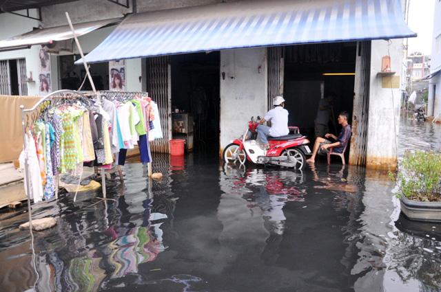 Ngập nặng nhất vẫn là khu vực 'ốc đảo' đường Ấp Chiến Lược (quận Bình Tân). Nhiều con hẻm, khu dân cư bị nước đen ngòm 'tấn công', ngập tới đầu gối.  Ảnh Dân Việt